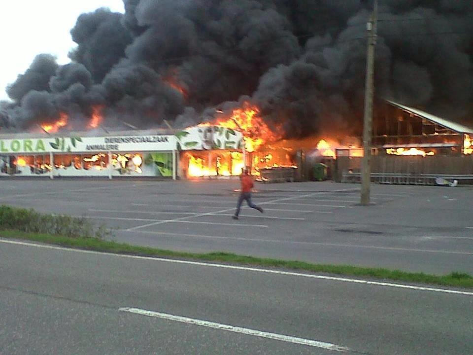 uitslaande brand in de tropiflora winkel te Adinkerke
